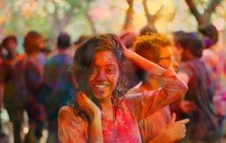 ragazza al holi festival