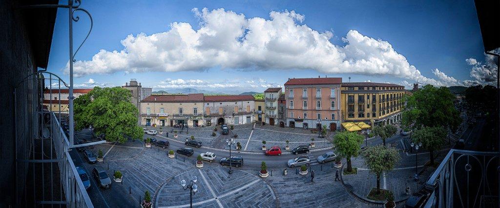 Cosa fare a Napoli in 24 Ore, Piazza Nicola Amore