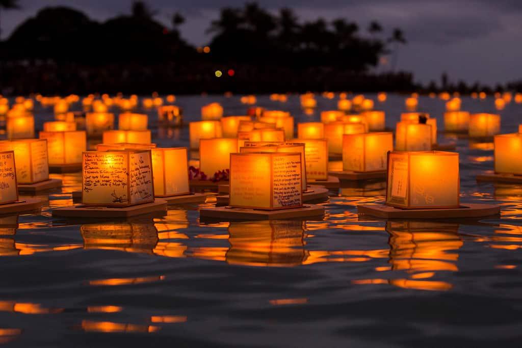 Lantern Floating Hawaii: il giorno della memoria Una giornata di riflessione, mistica e intensa della tradizione hawaiana