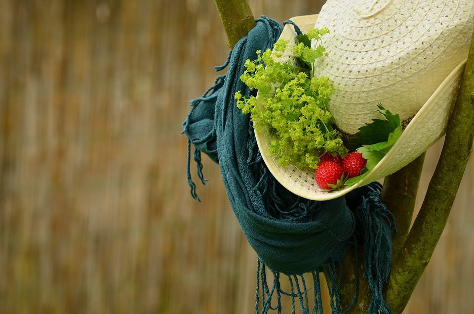 Il foulard come compagno di viaggio Nella mia borsa non manca mai e lo uso nei modi più svariati, quali? Vediamoli insieme
